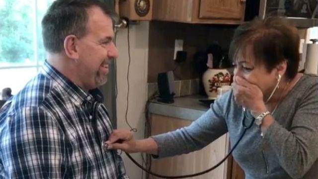 Madre escucha el corazón de su hijo en otro hombre