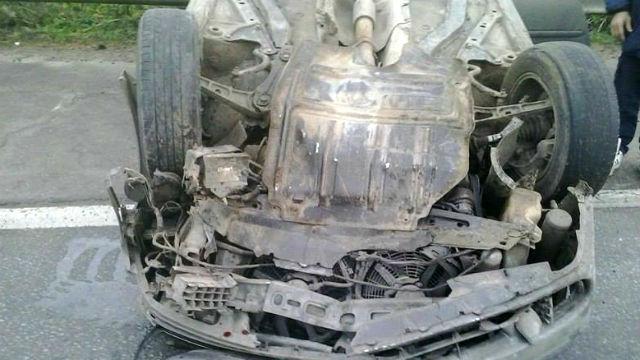 El Renault Laguna volcó al chocar el animal.