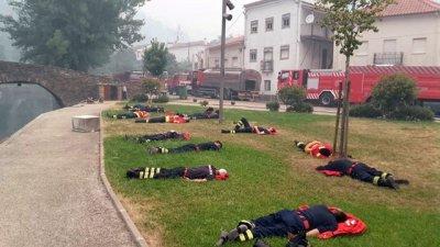 La foto viral de los héroes que luchan contra el fuego en Portugal
