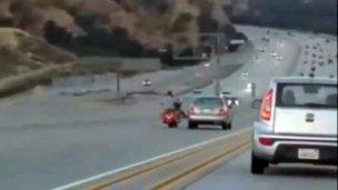 La patada de un motociclista a un coche provocó caos en una autopista
