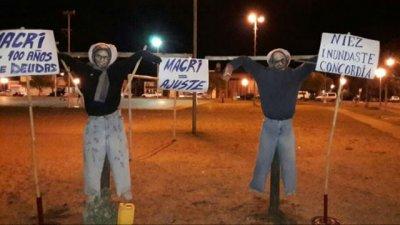 Fuerte repudio a la quema de muñecos con las caras de Macri y Niez