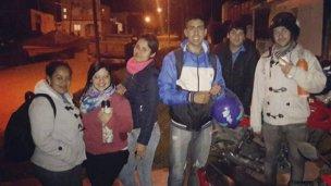 Adolescentes salen por la noche para ayudar