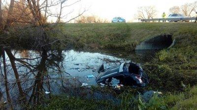 Un auto cayó al agua y falleció una mujer