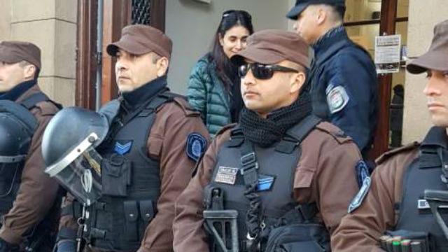 La policía custodia los tribunales gualeyos.