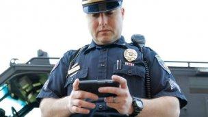 Los policías que intervengan en delitos graves no podrán usar celular