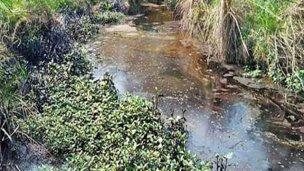 La empresa será sancionada por el derrame de asfalto al arroyo