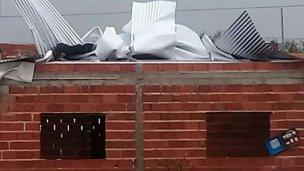 Las chapas, plegadas por el viento como si fueran de papel