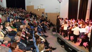 Gran actuación de charangos y la orquesta infantil Río de los Pájaros