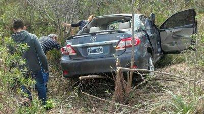 Por intentar sobrepasar a otro auto, provocó un grave accidente
