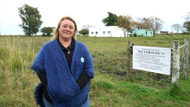 Mariela Leiva frente a la escuela de Santa Anita.