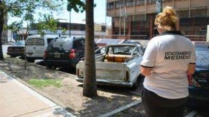 Intiman a deudores del estacionamiento medido