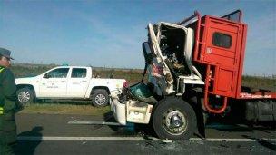 Choque entre camiones: debieron rescatar al conductor