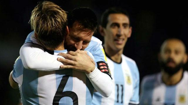 Abrazo de gol, con los diputados como expectadores