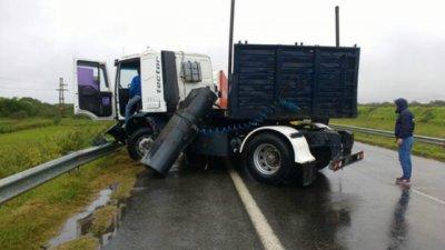 Intentó evitar un accidente y perdió el control del camión