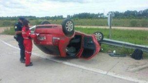 Un auto volcó y su conductor quedó atrapado