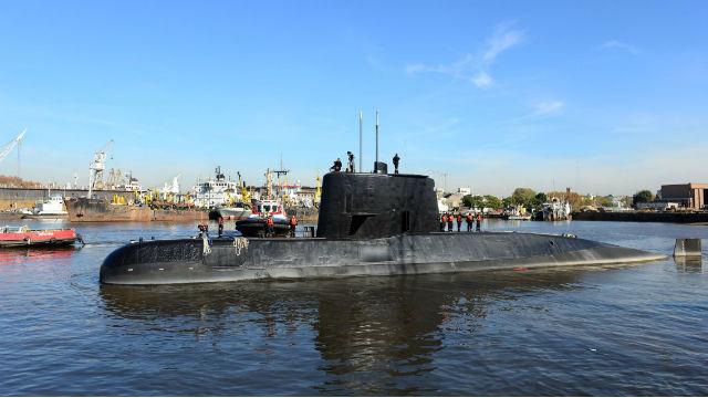 Decenas de personas abrazan a familiares de tripulantes del submarino argentino