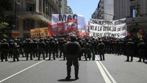 Reforma previsional: Piedras, balas de goma y camiones hidrantes fuera del Congreso