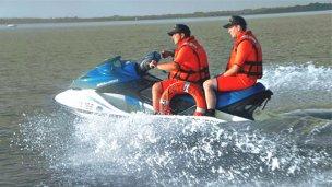 Rescataron a embarazada que cayó de la moto acuática al río