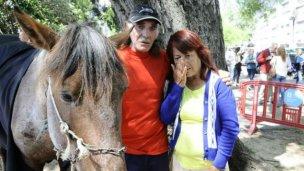 Entre lágrimas, dejaron al caballo por trabajo digno