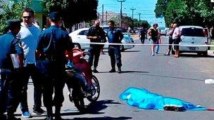 No usaba casco, cayó al asfalto y murió al instante