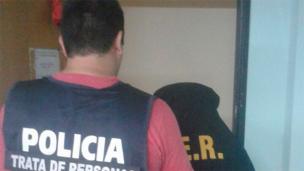 Violaron a un hombre en Paraná y uno de los acusados está detenido