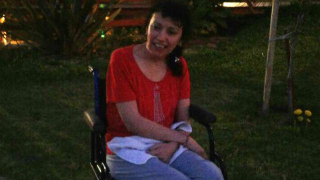 Cynthia, en silla de ruedas, pide ayuda.