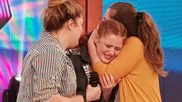Emocionada, Cynthia, con sus amigas en el set.