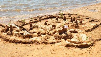 Arte y castillos de arena en Playa Norte