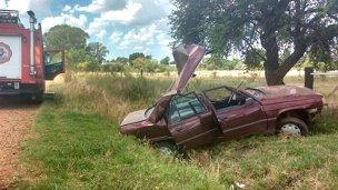 Quedó atrapado en su auto tras despistar y está grave