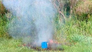 Perdió bidones en el camino y los químicos provocaron un incendio