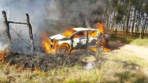 Asaltaron a un taxista y le prendieron fuego el auto