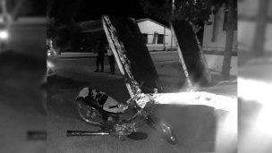 Corría picadas en la calle, cuando impactó contra un camión